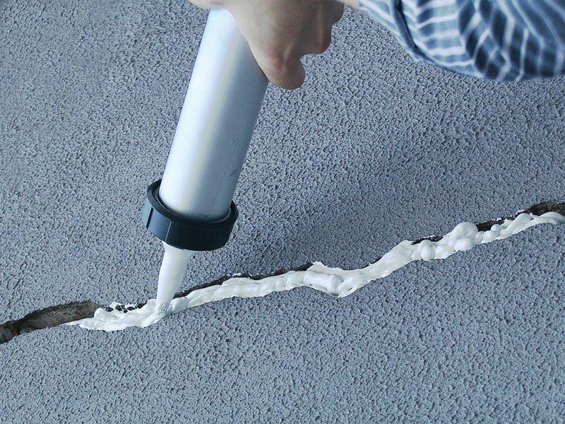 Заделывание дыр в стене монтажной пеной