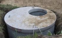 Установка выгребной ямы из бетонных колец без дна