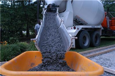 Выгрузка бетона из миксера