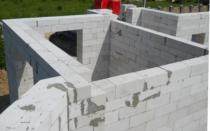 Как делаются стены из пенобетона и какие преимущества имеет материал?